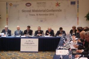Tirana, 16. studenoga 2010. - Na konferenciji su prisustvovali visoki dužnosnici i predstavnici  svih ministarstava prometa i infrastrukture jugoistočne Europe iz država koje su uključene u projekt SEETAC , predstavnici Europske komisije (Opća uprava za mobilnost i promet), EBRD-a, Svjetske banke te zajedničko tehničko Tajništvo za program transnacionalne suradnje zemalja jugoistočne Europe